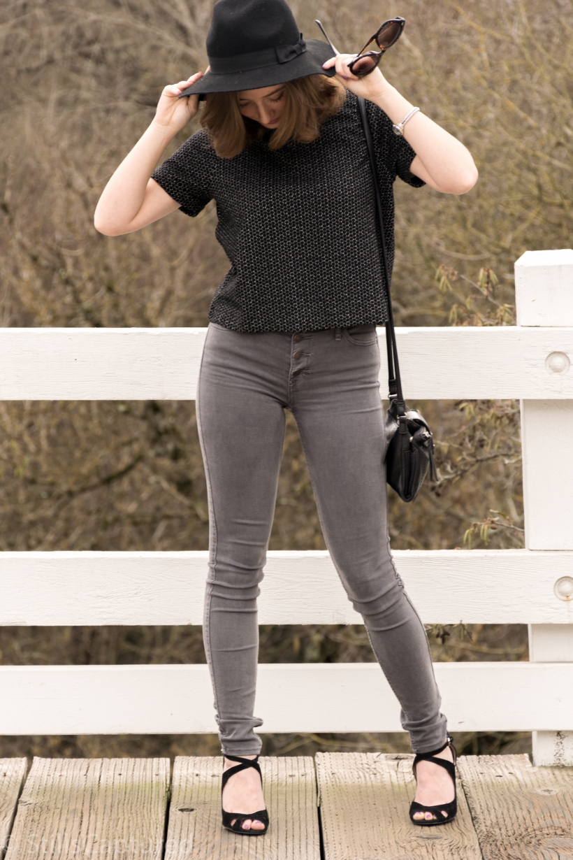 Great t-shirt, gray high wasted pants, black hat, black purse, black heels